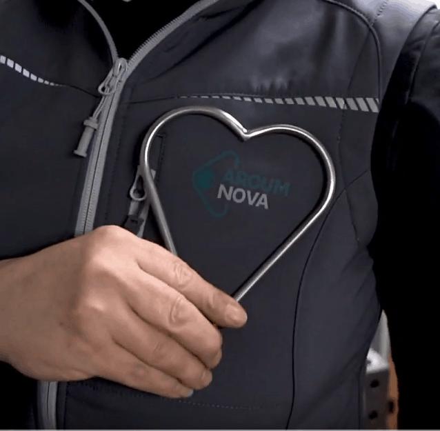 Ein Herz in meiner Hand umrahmt das Arcum-Nova-Logo meiner Weste