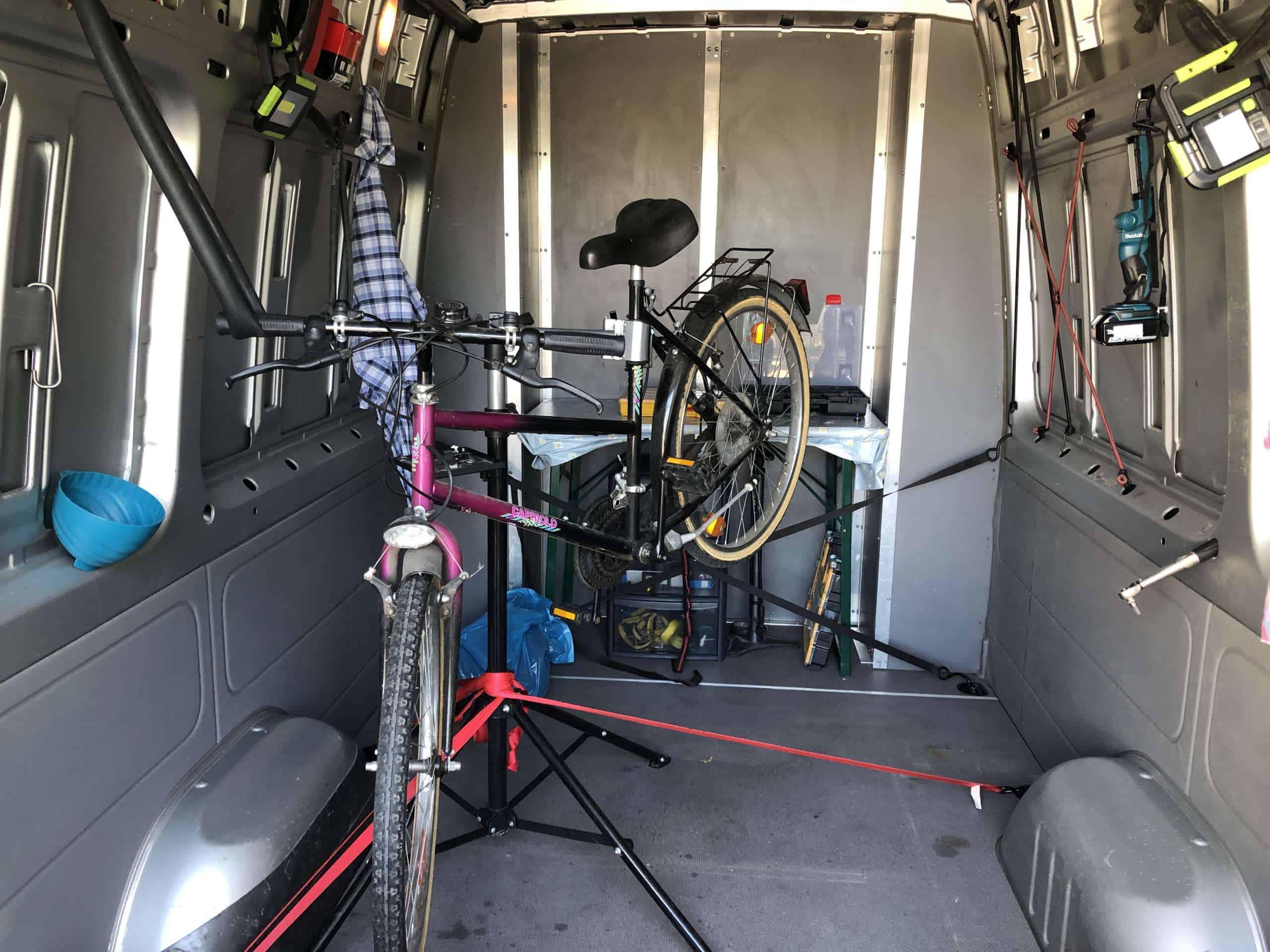 ein Fahrrad in der mobilen Fahrradwerkstatt